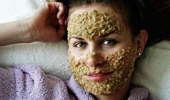 Oatmeal face mask for lightening dark spots